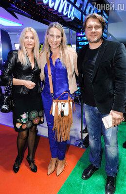 Егор Пазенко с женой Аленой (в центре)