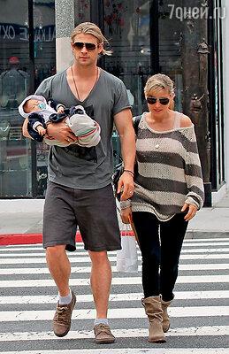 Таких кадров в Голливуде нынче днем с огнем не найдешь: здоровенный киногерой несет новорожденную крошку  на одной руке. Крис с женой и дочерью