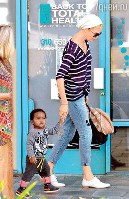 Шарлиз Терон с приемным сыном Джексоном. Беверли-Хиллз, 2013 г.