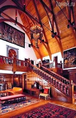 Просторный холл дома поражает воображение