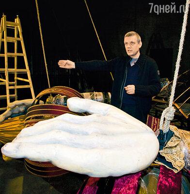 Александр Галибин в декорациях спектакля «Бабьи сплетни»