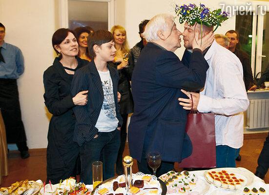 Андрея Смолякова поздравляют Олег Табаков, Марина Зудина и их сын Павел