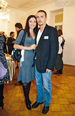 Партнер Смолякова по многим спектаклям и фильмам, герой блокбастера «Бой с тенью» Денис Никифоров с женой Ириной