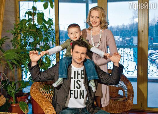 С женой Еленой и сыном Владиком. Место съемки: загородный отель «Улиткино»