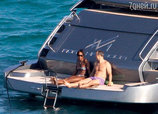 Пара не скрывает, что им хорошо вместе и на шумных тусовках, и вуединении на элитной яхте. Майами, март 2011 г.