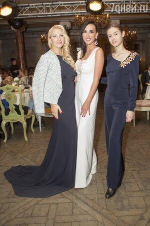 Анастасия Задорина с Екатериной Одинцовой и ее дочкой Диной
