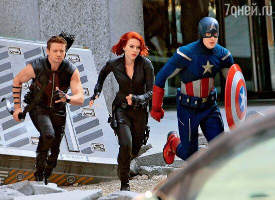 Джереми Реннер (Соколиный Глаз), Скарлетт Йоханссон (Черная вдова) и Крис Эванс (Капитан Америка) — съемочный момент уникального голливудского проекта «Мстители»