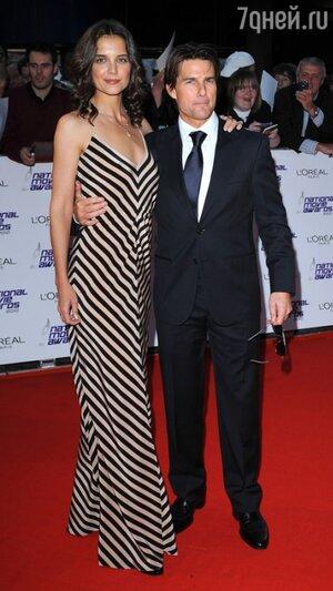 Том Круз и Кэти Холмс в платье из собственной коллекции Holmes&Yang на церемонии «The National Movie Awards» в 2010 году