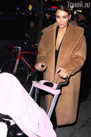 Ким Кардашьян (Kim Kardashian) на Манхеттене, декабрь 2013 года