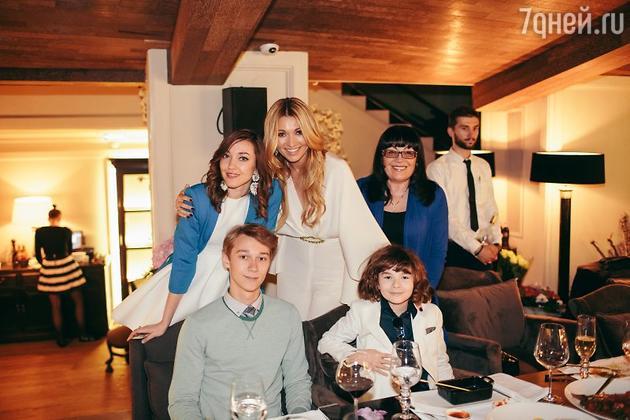 Анжелика Агурбаш с семьей