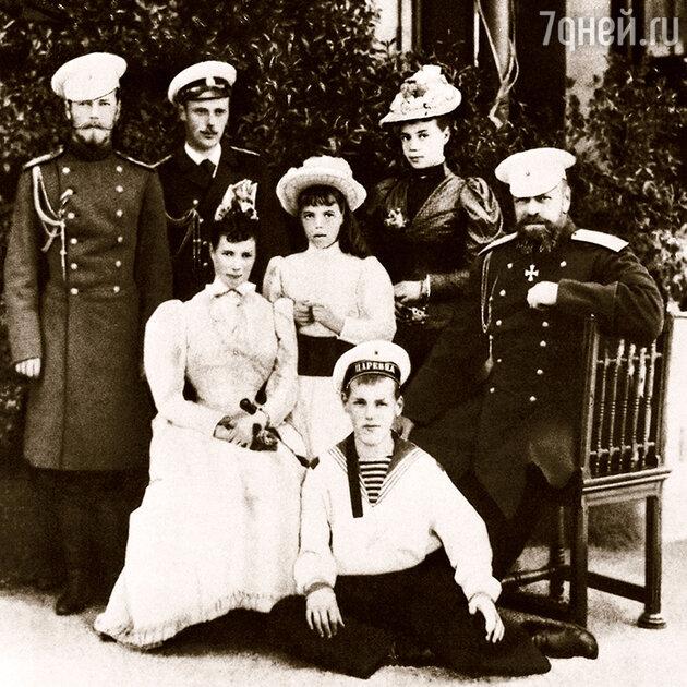 Александр III и Мария Федоровна с семьей (слева — будущий император Николай II, в матроске — Михаил