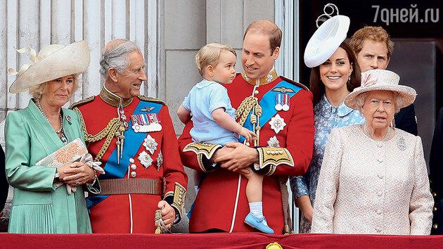 Герцогиня Корнуольская Камилла, принц Чарльз, Уильям с Джорджем, Кейт, Гарри и королева Елизавета. 2015 г.