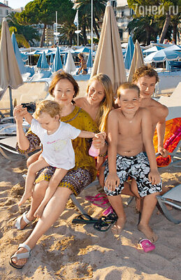Евгения Добровольская с дочкой Настей, сыновьями Яном, Степаном и его девушкой Алиной