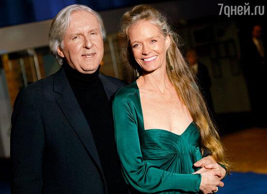 На съемках «Титаника» Джеймс влюбился в актрису Сьюзи Эмис и ушел к ней. (Джеймс Кэмерон с женой Сьюзи. Лондон, 2009 г.)