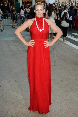 Баззи Филиппс в платье от Honor