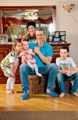 Дмитрий Шубин и его большая семья: жена Оксана и дети — Варвара, Антонина, Иван