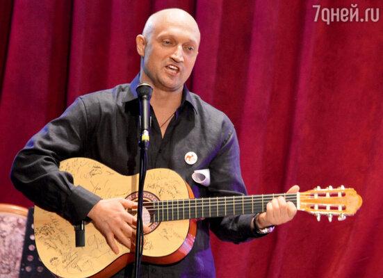 Гитара с автографами — личный лот Гоши Куценко и его друзей-музыкантов