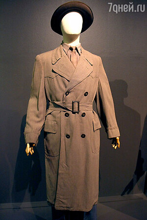 Один из главных экспонатов выставки: культовый габардиновый плащ 40-х