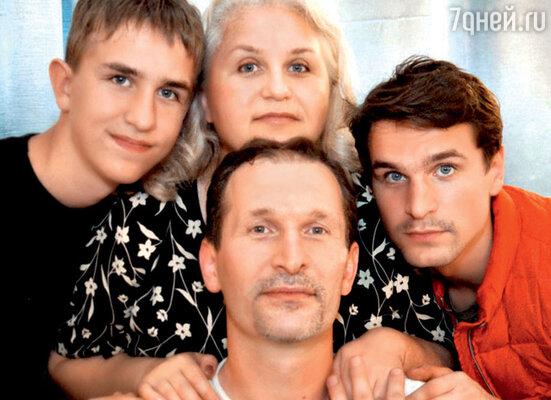 Федор Добронравов с женой Ириной и сыновьями Иваном и Виктором. 2008 г.