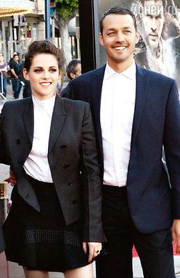 Кристен Стюарт и Руперт Сандерс на премьере фильма «Белоснежка иохотник». Май 2012 г.