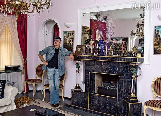 В доме Боярских два камина. Один из них –  в гостиной. (Михаил Боярский)