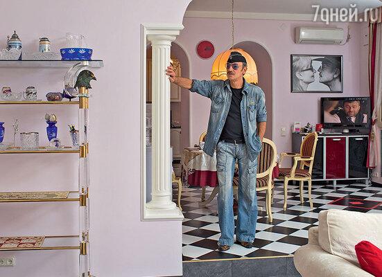 «Мы с Ларисой в доме все сами оформили, никаким модным дизайнерам не доверяли. Может,кому-то стиль квартиры покажется помпезным илиэклектичным, но мне плевать, если честно»