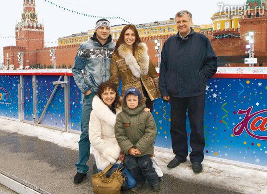 Настя с родителями Мариной Борисовной и Василием Васильевичем, братом Даниилом и племянником Давидом. Март 2008 г.