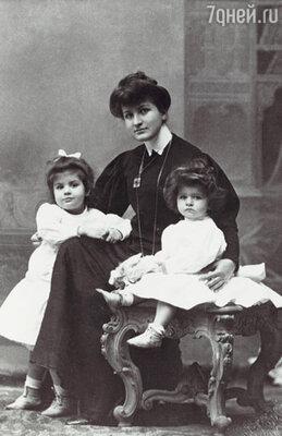 Выйдя замуж, Альма погрузилась в воспитание двух маленьких дочерей - жизнь заполнили счета, квитанции, нянюшки и сам Малер. Альма с дочерьми Марией и Анной, 1906 г.