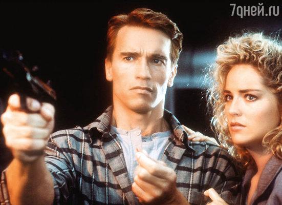 Кадр из фильма 1990 года «Вспомнить все» с Арнольдом Шварценеггером иШарон Стоун...