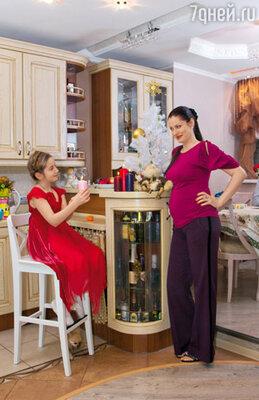 Какое-то время Анна и Олег скрывали от Златы, что ждут пополнения в семье. И лишь на ее день рождения раскрыли тайну. На Анне топ Cl'odest, брюки La Robe Bleue