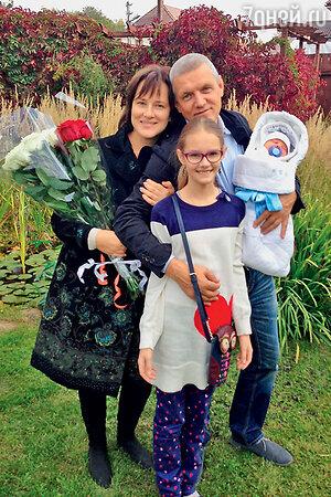 Александр Галибин с женой Ириной, дочкой Ксюшей и новорожденным сыном Василием