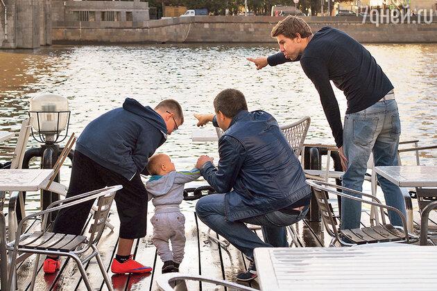 Александр Робак с сыновьями