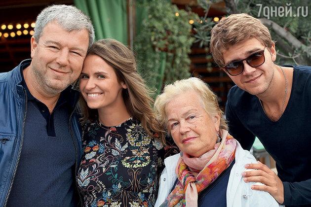 Александр Робак с женой Ольгой, мамой и старшим сыном Арсением