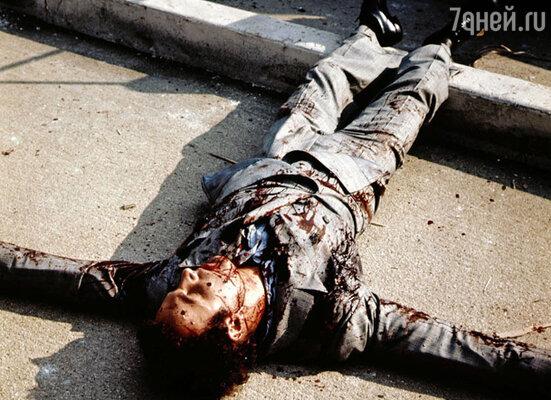 Для сцены убийства Сонни Корлеоне на теле Каана спрятали больше сотни крохотных пиротехнических снарядов и в нужный момент их взорвали — выглядело это так, как будто актера и в самом деле изрешетили пулями