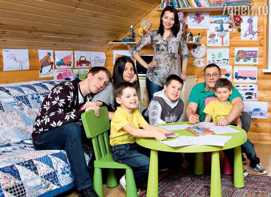 Наталия в кругу семьи: с мужем Николаем и сыновьями Артемом (в центре), Никитой, Максимом, Антоном и его подругой Настей