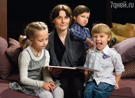 Мои младшие — Нюша, Вася и Савва — любят, когда я читаю вместе с ними