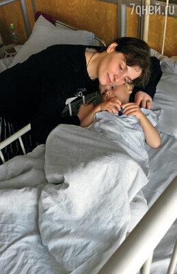 Савва недавно сломал ногу, лежал и раздавал всем указания