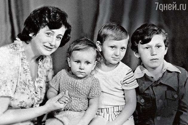 Ани Лорак с мамой Жанной Васильевной и бартьями — Игорем и Сергеем.
