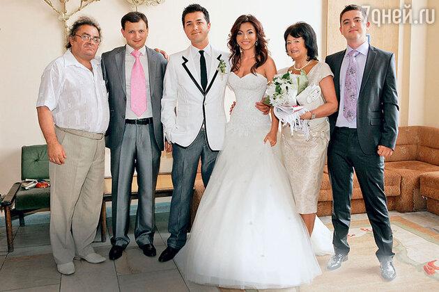 Ани Лорак с папой Мирославом Ивановичем, братом Игорем, мужем Муратом Налчаджиоглу, мамой и братом Андреем.