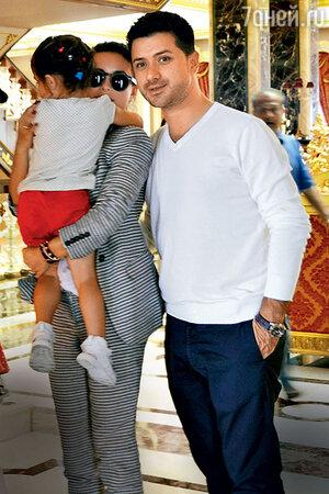 Ани Лорак с дочкой Соней и мужем Муратом