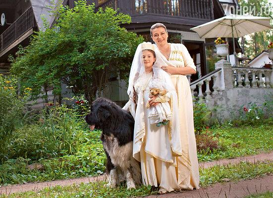 Настя Мельникова с дочкой Машей илюбимцем семьи ньюфаундлендом покличке Винни