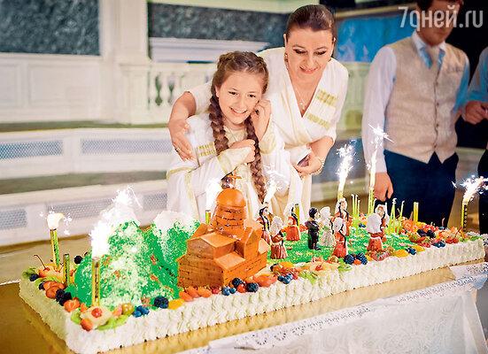 День рождения отпраздновали вгрузинском стиле. На торте фигурки грузинских танцовщиц повторяют движения танца, который исполняет в своем ансамбле Маша
