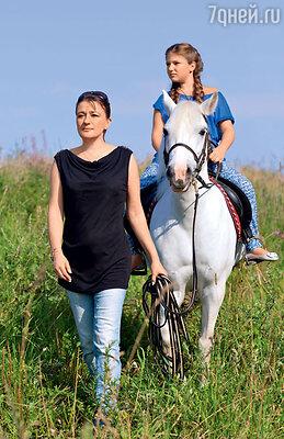 «У меня всегда была мечта о белой лошадке, белой иномарке и белом замке наберегу моря. Наиномарке мы уже ездим, лошадку купили, теперь остается замок»