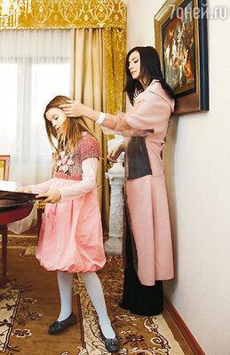 «Александра постоянно звонит мне на мобильный: «Мама, когда же, наконец, ты вернешься к нам?» — «Не знаю, доченька...»