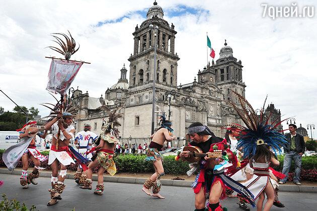 Индейское шоу перед Кафедральным собором в Мехико