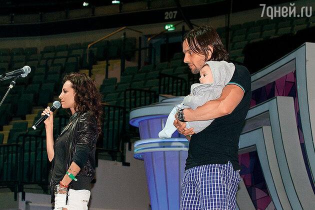 Светлана Светикова и Алексей Полищук с сыном Миланом