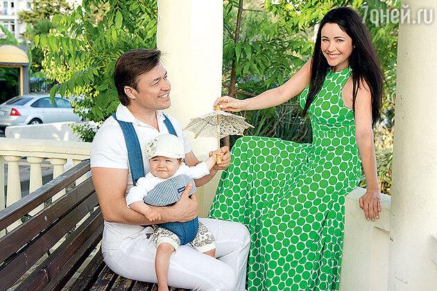 Любовь Тихомирова и Ласло Долински с дочерью