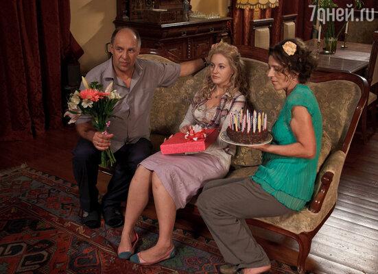 Наверняка, коллеги Яны по сериалу «Дневник доктора Зайцевой» уже приготовили свои подарки и вручат их на ближайших съемках – работа над вторым сезоном подходит к концу, и новые серии появятся на СТС уже совсем скоро!