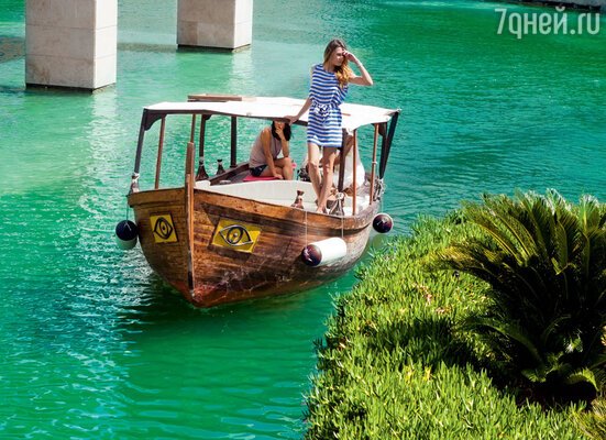 Озеро с троянскими гондолами отеля RIXOS PREMIUM BELEK