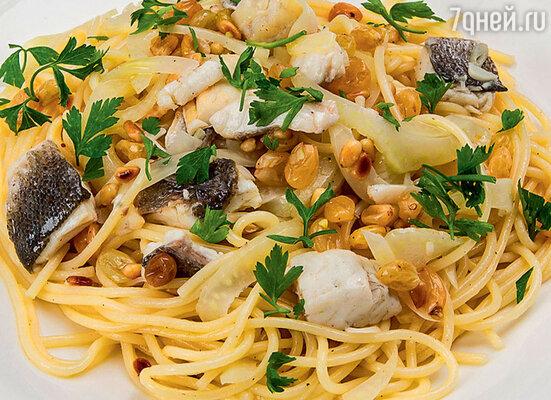 Макароны с сибасом, изюмом и кедровыми орешками